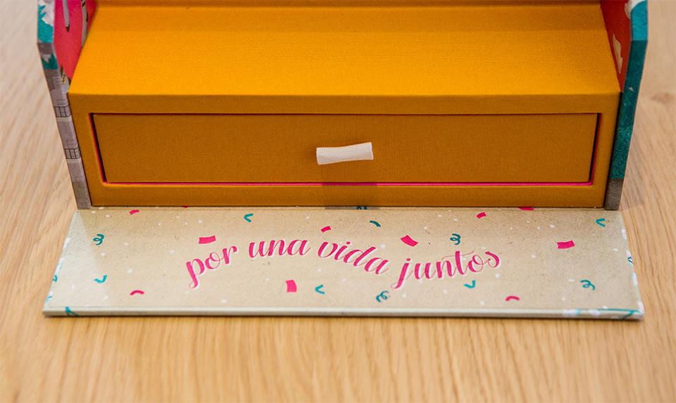 detalle-de-la-caja-fandi-para-fotos-de-boda