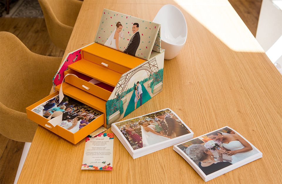 fotos-de-la-boda-en-una-caja-ilustrada-a-medida