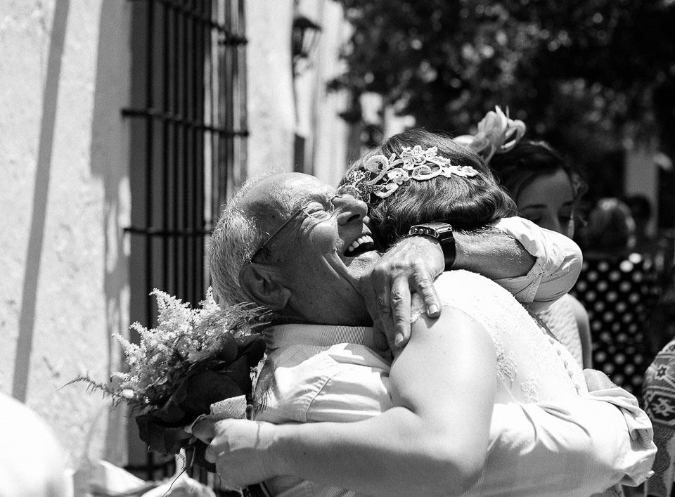22 abrazo de familiar a la novia