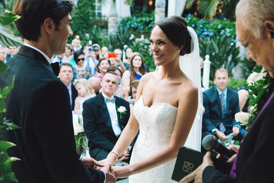 22 pareja unida por sus manos radiantes de felicidad
