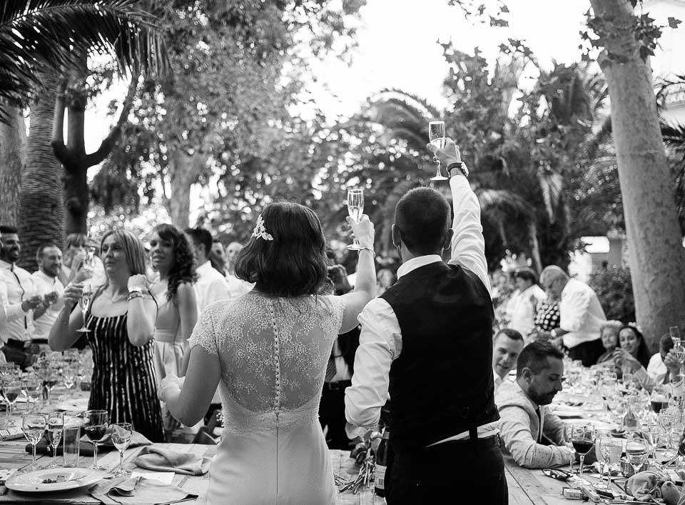31 pareja brindando en boda exterior