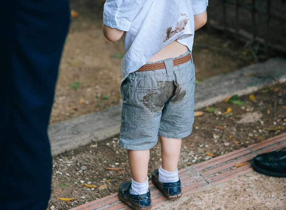 33 niño manchado de barro