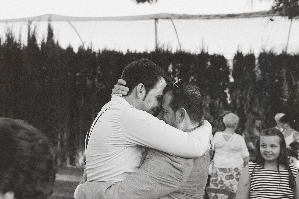 34 abrazo de novio a invitado