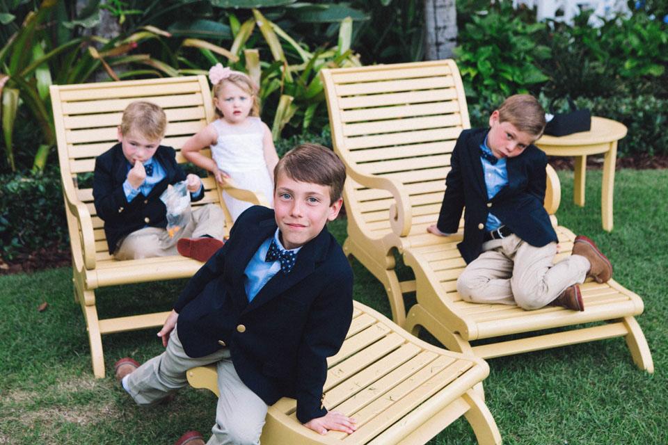35 niños en una boda al aire libre