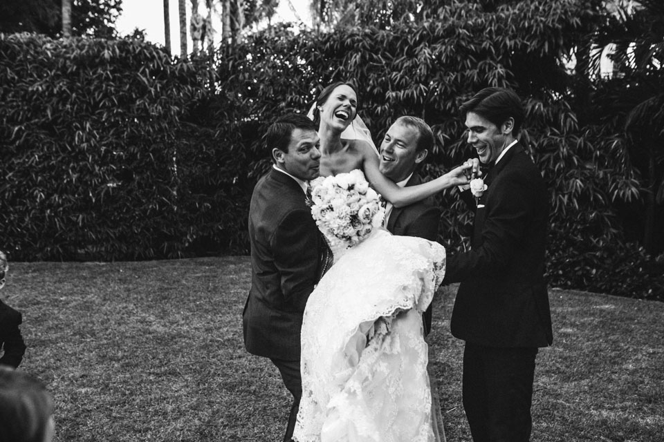 36 fotografía divertida con novia e invitados