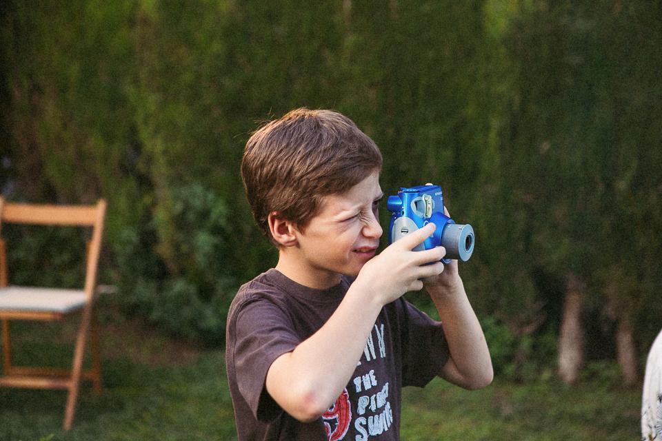 41 niño haciendo fotos