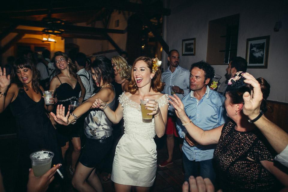 59 novia feliz en fiesta