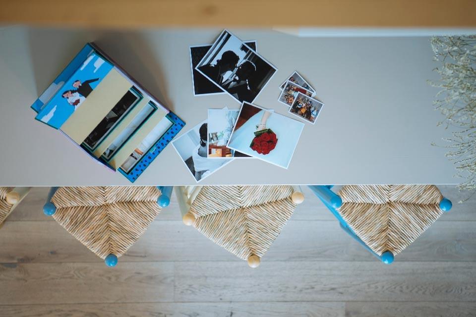Vista desde arriba de la caja y fotos de boda